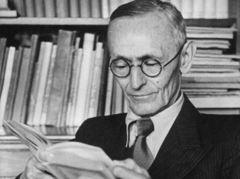 Undatierte Aufnahme des deutschen Schriftstellers Hermann Hesse bei der Lektüre in seinem Arbeitzimmer in Montagnola. Hesse wurde am 2. Juli 1877 in Calw/Württemberg geboren und verstarb am 9. August 1962 in Montagnola/Schweiz. 1946 wurde er mit dem Nobelpreis für Literatur ausgezeichnet.